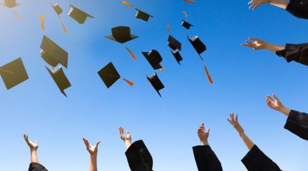 Photo d'élèves lançant leurs chapeaux de graduation en l'air pour illustrer l'article sur les résultats du baccalauréat.