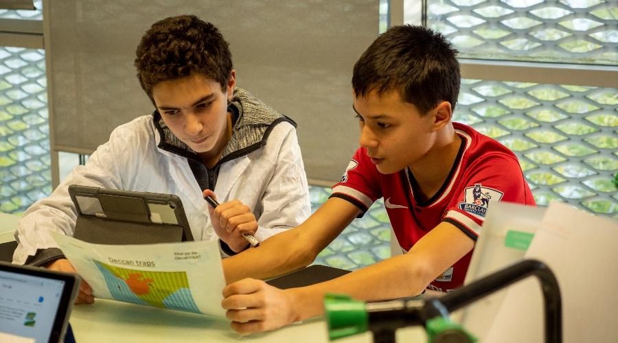 Photo d'élèves en cours de science à l'École Jeannine Manuel de Paris