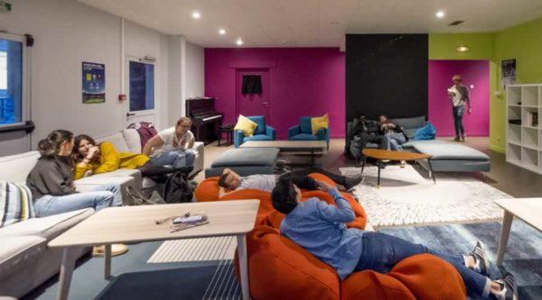 La salle de détente spacieuse et confortable de l'internat de l'école Jeannine Manuel de Lille