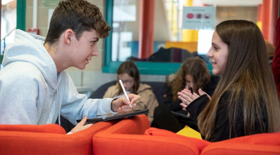 Deux élèves de terminale en train de discuter dans un espace commun de l'école de Lille