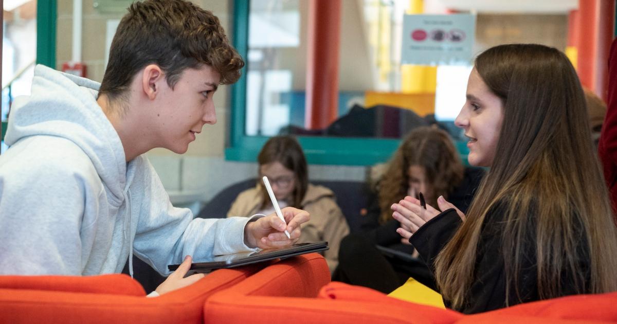 Photo de deux élèves discutant ensemble à l'École Jeannine Manuel de Lille