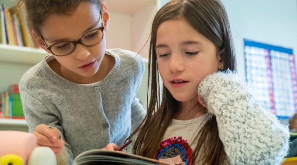 Photo de deux élèves lisant ensemble à l'École Jeannine Manuel de Lille