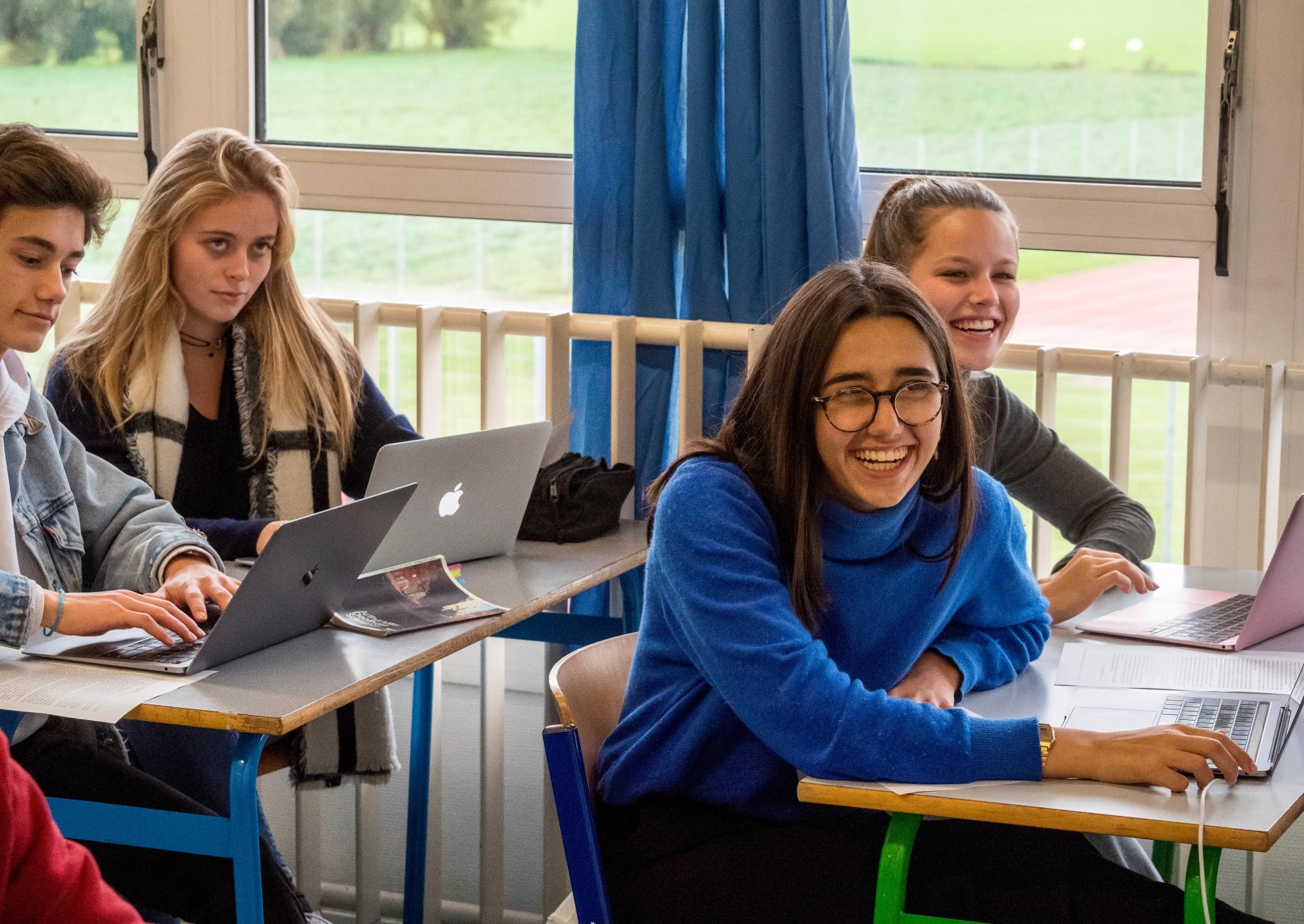 Photo d'élèves souriantes en cours à l'École Jeannine Manuel de Lille