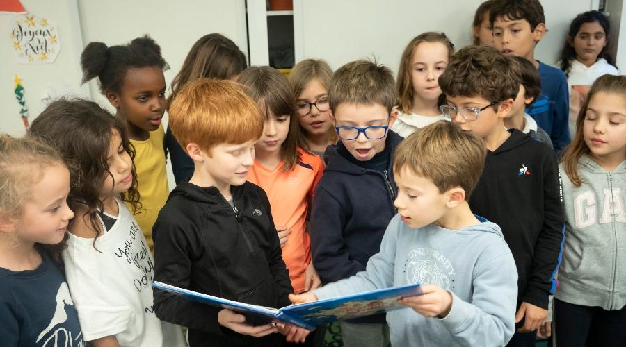 Photo d'élèves du primaire lisant ensemble à Lille