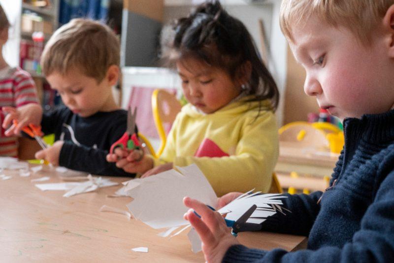Photo d'élèves de primaire faisant des travaux manuels à l'École Jeannine Manuel de Lille