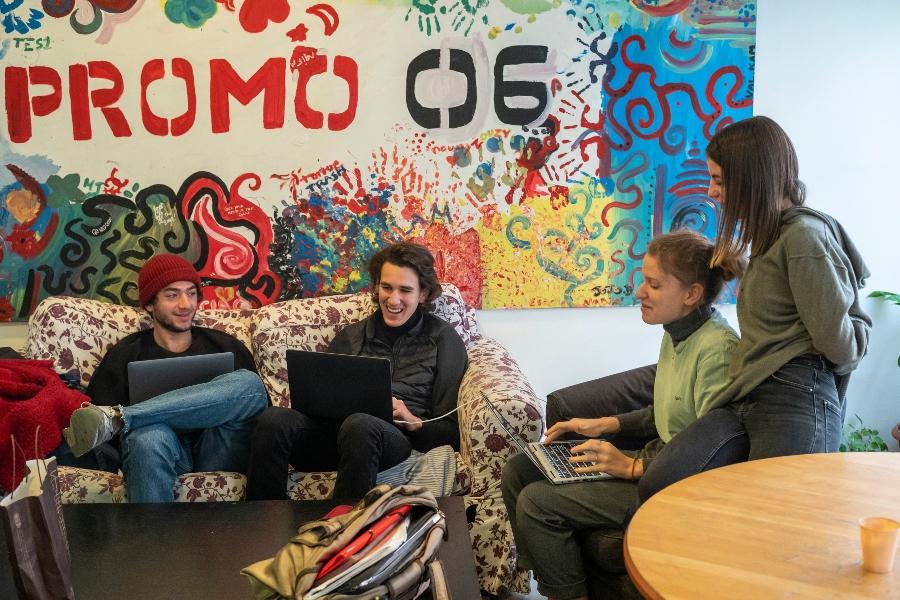 Photo d'élèves de terminale assis devant un mur coloré