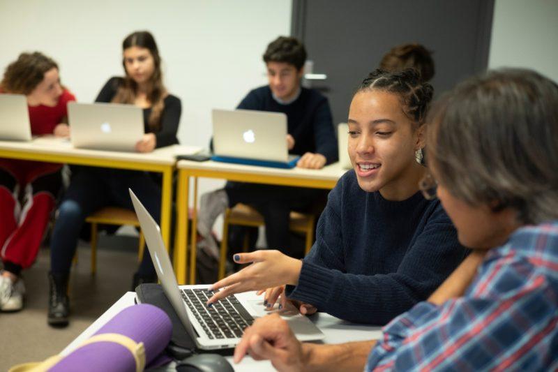 Photo d'une élève de terminale avec un enseignant