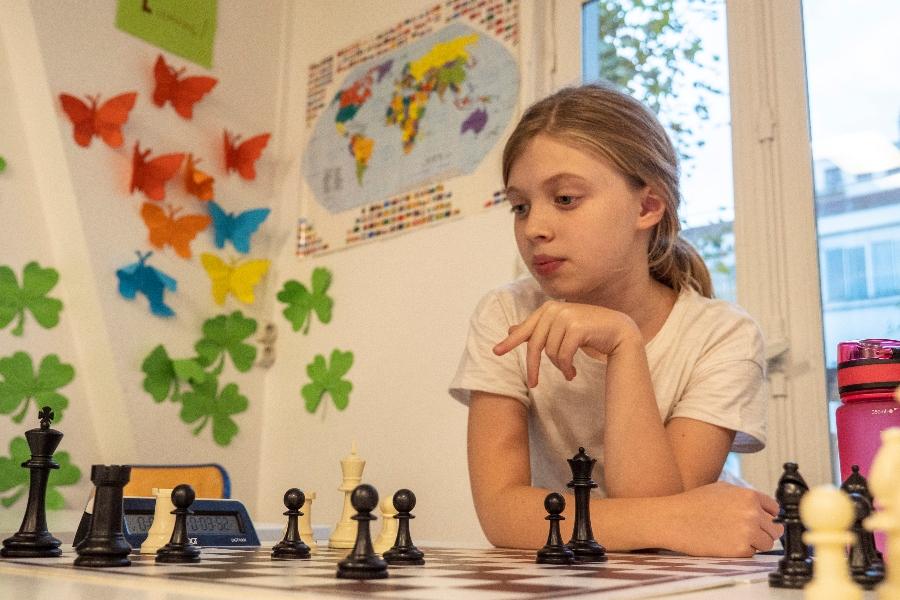 Elève jouant aux échecs en Afterschool