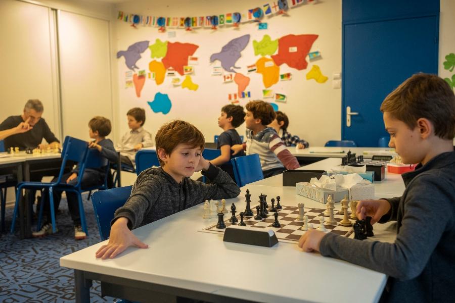 Elèves jouants aux échecs en activité afterschool
