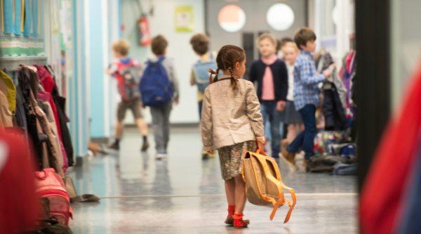 Elève dans les couloirs de l'École Jeannine Manuel à Paris
