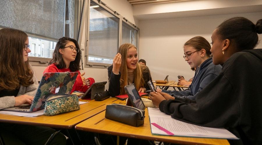 Photo d'élèves en plein débat dans un cours de l'École Jeannine Manuel à Paris