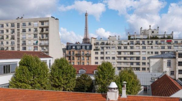 Une vue sur les toits des bâtiments de l'école Jeannine Manuel