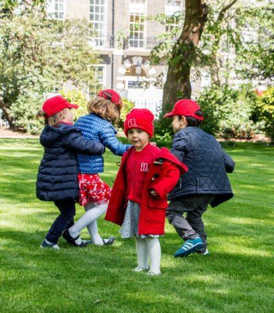 Photo d'élèves jouant dans le parc devant l'École Jeannine Manuel à Londres
