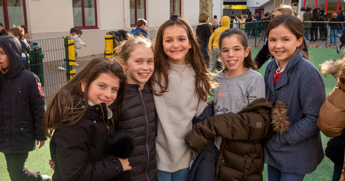 Photo d'élèves de sixième dans la cour de l'école de Paris