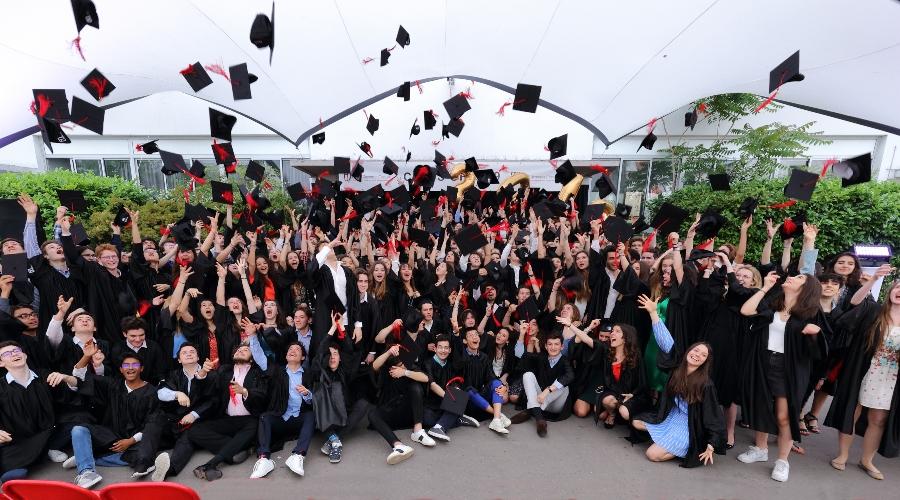 Photo de cérémonie de remises de diplômes de la promotion 2019 à l'École Jeannine Manuel de Paris
