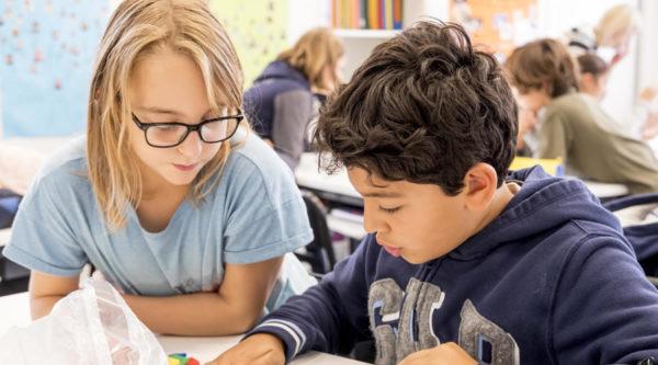 Photo de deux élèves en cours