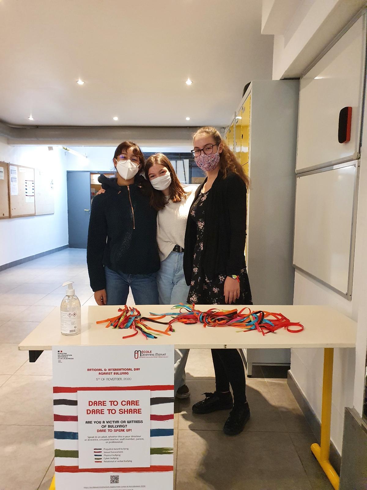 Photo d'élèves distribuant des rubans lors de la journée contre le harcèlement