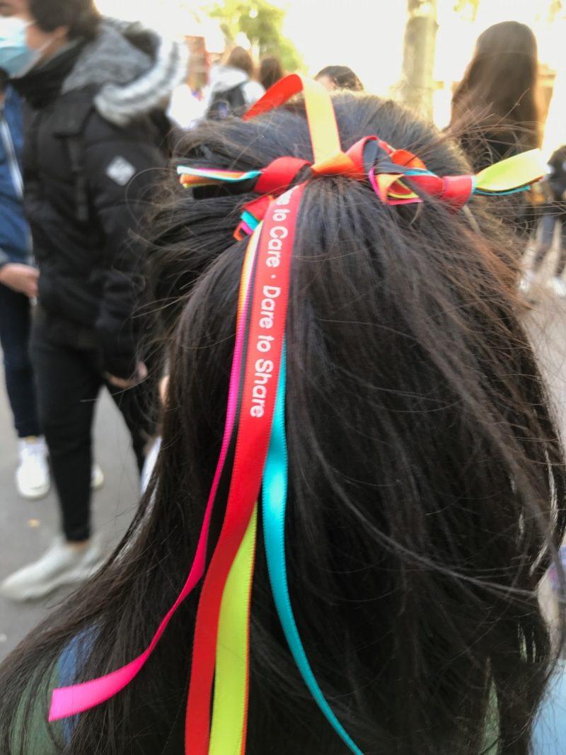 Photo d'une élève portant des rubans dans ses cheveux lors de la journée contre le harcèlement