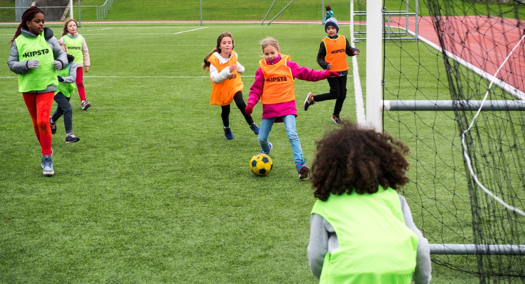 Enfants jouant au foot à l'École Jeannine Manuel