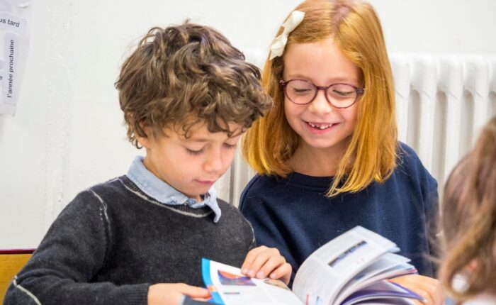 Deux élèves travaillant ensemble